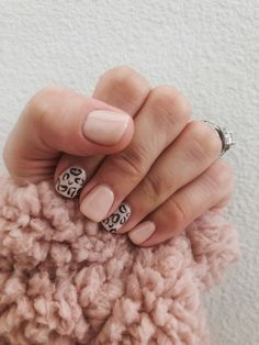 Fall nails roundup: cute manicure ideas to try this season Mint Arrow Manicure manicure ideas Simple Gel Nails, Fall Gel Nails, Cute Gel Nails, Fall Manicure, Short Gel Nails, Pretty Nails, Manicure Ideas, Pretty Short Nails, Spring Nails