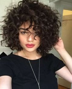 Pelo corto rizado: Cortes de tendencia para invierno 2017 [FOTOS] - Corte bob con flequillo y volumen para cabello rizado