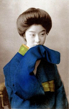 Geisha Otomaru with her hair dressed in the Sokuhatsu style, which was introduced from the West during the late Meiji period (around this type of hairstyle is thought to be based on that of the Gibson Girl in America. Japanese Geisha, Japanese Beauty, Vintage Japanese, Japanese Girl, Asian Beauty, Old Pictures, Old Photos, Vintage Photographs, Vintage Photos