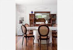 A cristaleira e as cadeiras da sala de jantar pertenciam à mãe da proprietária, a artista plástica Dedéia Meirelles. A mesa Rafaela é criação do Studio Micasa