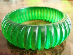 Rare VINTAGE BAKELITE GREEN Carved Clear Transparent Prystal Vertical Ribbed Bangle Bracelet