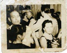 Trujillo bailando merengue en el fondo.