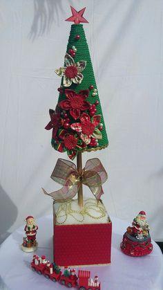 Árvore de Natal artesanal- Cone de isopor revestido com cordão de São Francisco,e decorada com flores de fuxico e pérolas.