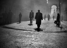Sono uomini e donne… camminano immersi in un'atmosfera irreale, sospesi tra mondi. © Rui Palha