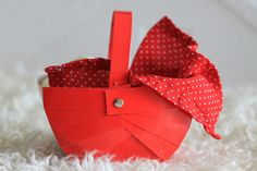 Paper basket, the easy way. Or what happens when you realise you are not that good at weaving.