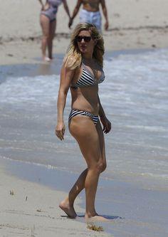 Ellie Goulding slips into striped bikini during getaway in Miami Ellie Goulding, Bikini Babes, Hot Bikini, Les Charts, Blonde Singer, Robin Wright, Thing 1, Natural Tan, Striped Bikini