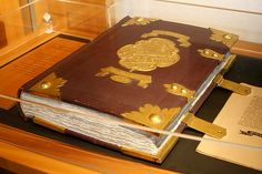 Medieval Themed Wedding Guest Books - If you are organizing a medieval-themed wedding you should definitely look for wedding items that can help you set the right medieval atmosphere. The Wedding Date, Red Wedding, Wedding Guest Book, Wedding Dress, 20 Year Anniversary, Renaissance Wedding, Themed Weddings, Guest Books, Cow Leather