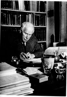 Carl Jung at his desk in 1945. Carl Jung en su escritorio en 1945. Edith R.