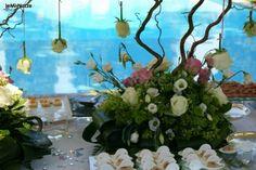 http://www.lemienozze.it/operatori-matrimonio/wedding_planner/agenzia-wedding-planner-a-roma/media/foto/10 Allestimento con fiori freschi pendenti sul tavolo del ricevimento.