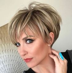 100 Mind-Blowing Short Hairstyles for Fine Hair - Haarschnitt Kurz Short Hairstyles For Thick Hair, Haircuts For Fine Hair, Haircut For Thick Hair, Short Pixie Haircuts, Short Hair With Layers, Short Hair Cuts For Women, Hairstyles With Bangs, Curly Hair Styles, Medium Hairstyles