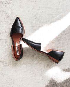 Minimalist, modern, to have for a lifetime! Minimalist, modern, to have for a lifetime! Minimalist Shoes, Minimalist Fashion, Crazy Shoes, Me Too Shoes, Shoe Boots, Shoes Sandals, Mode Simple, Black Leather Flats, Black Flats