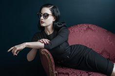 Dita Von Teese fotografa para linha de óculos