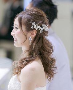 SweetRibbon /ブライダルアクセサリーさんはInstagramを利用しています:「. #大人Sweetな花嫁 . フラワーをかたどったキュービックジルコニアが きらめくブライダルピアス💎 大粒のスワロフスキークリスタルには 細やかなカッティングが施されており、 光を受けて顔まわりをより華やかに演出✨ シンプルな王道デザインなので、…」 Elegant Wedding Hair, Wedding Sets, Hair Arrange, Bridal Jewelry Sets, Wedding Makeup, Headpiece, Wedding Hairstyles, Hair Styles, Flowers