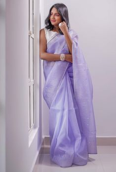 Every Stylish Woman Needs for the Contemporary Sarees will End Here Simple Pakistani Dresses, Simple Sarees, Indian Silk Sarees, Indian Beauty Saree, Designer Bridal Lehenga, Designer Sarees, Modern Saree, Bollywood Saree, Bollywood Fashion
