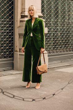 Бархатный костюм Уличный стиль: фото с Недели моды в Милане, часть 2 | Мода | STREETSTYLE | VOGUE Dior Star, Linda Tol, Garance, New Green, Fashion Outfits, Womens Fashion, Business Casual, Suits For Women, Blazer Suit