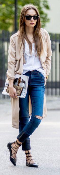 biały t- shirt + jeansy + beżowe okrycie + czarne buty