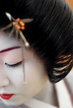 Noriye, a professional geisha, is photographed in the Asakusa district of Tokyo where she works. Photo by Jim Hand-Cukierman Geisha Japan, Geisha Art, Kyoto Japan, Japanese Beauty, Asian Beauty, Memoirs Of A Geisha, Art Asiatique, Japan Art, Up Dos