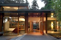 My one day Modern home in the woods. Mid-Century modern home with a nature backdrop in Seattle, WA redesigned by architecture studio Bohlin Cywinski Jackson. Beautiful Modern Homes, Mid-century Modern, Modern Glass, Modern Desk, Beautiful Lines, Modern Living, Style At Home, Residential Architecture, Interior Architecture