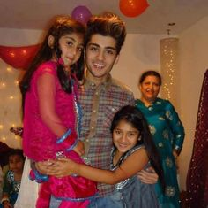 Zayn and his little sisters.his hair kinda looks like bruno mars's hair in this pic Zayn Malik Mother, Zayn Malik Family, Zayn Malik Photos, Liam Payne, Louis Tomlinson, Niall Horan, Harry Styles, Zany Malik, Ex One Direction