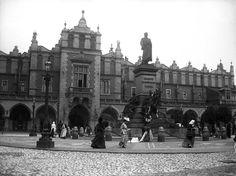 Pomnik Adama Mickiewicza na tle Sukiennic około 1901 roku. Piękna i zachowana w rewelacyjnej jakości fotografia! Zwróćcie uwagę na stroje Pań