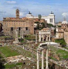 En primer plano, el Foro Romano. Luego, el Tabulario (edificio marrón) y al fondo, el monumento Vitoriano.