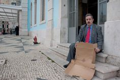 """Para promover a ideia de """"um Portugal mais justo"""", o Presidente da República almoçou esta sexta-feira em casa de Paulo Fernandes e Filipa Cunha, em Telheiras. O anfitrião de Marcelo largou os pais divorciados """"aos 7 ou 8 anos"""" e viveu quase três décadas ao relento nas ruas de Lisboa. A VISÃO contou a sua história em 2010, em vésperas do casamento, num artigo que agora republicamos"""