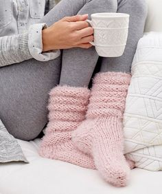 These slouchy socks are so cozy and perfect to slip on for lounging around the house all day! yarn knitting patterns Slouchy Socks to Knit in Bulky Yarn Knitted Socks Free Pattern, Crochet Mittens, Knitted Slippers, Knitting Socks, Knitting Patterns, Knit Crochet, Knit Socks, Slipper Socks, Knit Slippers Pattern