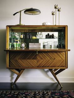 Retro home decor, why not check those retro home decorating art deco post number 1680918381 for brilliant decorating. Bar Cart Decor, Bar Cart Styling, Home Bar Furniture, Apartment Furniture, Furniture Ideas, Furniture Removal, Furniture Stores, Modern Furniture, Furniture Dolly