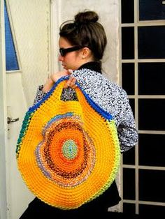 Crochet Bags Ideas I need to find a pattern for this!just to swap out for a matching color for the day. and this would be awesome for a knitting/crochet project bag! Bag Crochet, Crochet Shell Stitch, Crochet Handbags, Crochet Purses, Love Crochet, Crochet Round, Knitted Bags, Crochet Accessories, Handmade Bags