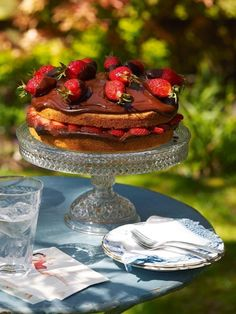 Chocolate and strawberry cake Summer Cake Recipes, Strawberry Cake Recipes, Summer Cakes, Fruit Recipes, Dessert Recipes, Afternoon Tea Recipes, Caramel Frosting, Decadent Cakes, Chocolate Dipped Strawberries