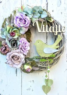 Veniec na zavesenie Wreaths For Front Door, Door Wreaths, Diy And Crafts, Paper Crafts, Victorian Decor, Diy Door, Summer Wreath, How To Make Wreaths, Plant Hanger