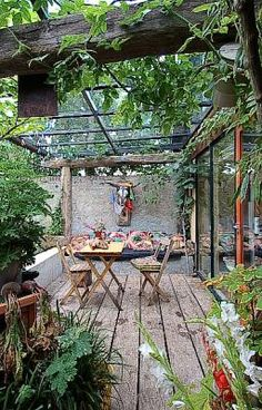 small garden, covered terrace, rustic   Design: Meneer Vermeer Tuinen