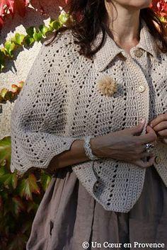 cache-épaule en laine avec une broche pompon de tule