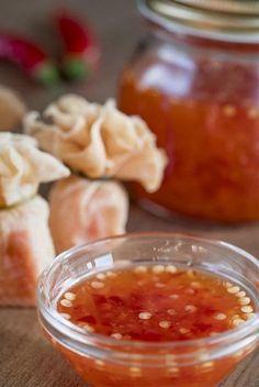 Esta salsa es muy popular en los platos asiáticos, sobre todo en el pollo y en los famosos rollitos primavera, también va muy bien con albóndigas y mariscos. Aquí está la receta para hacerla al natural y desde cero.