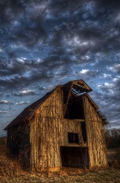 ♂ Abandoned old barn in Arkansas.