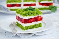 Ciasto szpinakowe z truskawkami o niesamowitym zielonym kolorze. Warstwa ciasta ze szpinakiem, krem śmietankowy i do tego świeże truskawki zatopione w galaretce. Szpinaku w cieście nie czuć zupełnie.