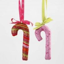 Candy Canes i filt Christmas Ornaments, Christmas Ideas, Decoupage, Letters, Gade, Holiday Decor, Outdoor Decor, Candy Canes, Diy