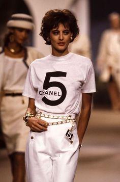 Karl Lagerfeld : les 30 looks les plus iconiques des défilés Chanel - Elle 1987 Fashion, Chanel Fashion, Look Fashion, Runway Fashion, Fashion Models, Fashion Brands, Fashion Outfits, Fashion Skirts, Fashion Hair
