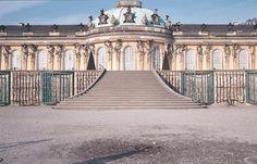Hier ist das Schloss Sanssouci in Potsdam in voller Pracht zu sehen. Allerdings…