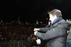 Grande folla e ovazioni per Marco Mengoni al piazzale Michelangelo, il sindaco di Firenze Dario Nardella sceglie quel palco per salutare il 2017. Successo anche per il Gospel in San Lorenzo o l'orchestra diretta dal maestro Lanzetta in piazza della Signoria. Decine di miliaia le persone che dopo la …