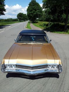 The Chevy Impala bears a striking new design highlighting its increased power and luxury features. 1967 Chevy Impala, 67 Impala, Classic Car Garage, Impala For Sale, Caprice Classic, New Chevy, Old Vintage Cars, Classic Chevrolet, Low Rider