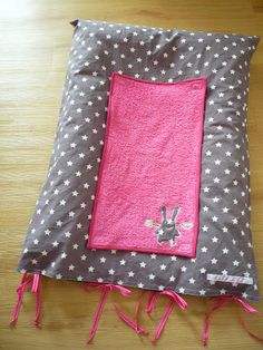 Un tissu étoilé, du gris et du fuchsia.   De jolis appliqués : un lapin ange et un hibou.   Une petite touche de liberty, pour une houss...