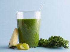 Um Smoothie Verde com Abacaxi, Couve, Uvas Verdes, Suco de Limão, Gengibre e Linhaça. Experimente fazer! É uma delícia!