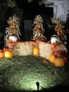 Hay bales pumpkins & corn stalks - All For Garden Outside Fall Decorations, Thanksgiving Decorations, Yard Decorations, Halloween Decorations, Homecoming Decorations, Fall Harvest Party, Fall Halloween, Halloween Crafts, Fall Home Decor