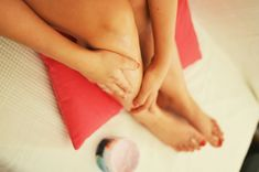 Don't let the scars & dark spots on your legs stop you from exposing your legs in short outfits! Learn how to remove dark spots on legs with this post. Dark Spots Under Armpits, Dark Spots On Legs, Skin Care Spa, Face Skin Care, Remove Scars On Legs, Leg Scars, Dark Spot Remover For Face, Age Spot Removal, Hair Removal