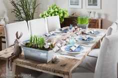 #WIELKANOCNY #STOL Surowy drewniany stół, zajączek i zastawa. Jest klimat :)