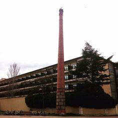 Chimenea de ladrillo y sección circular correspondiente a la fábrica de curtidos Miguel Morán, y posteriormente a Industrias Lácteas Leonesas (1945) #InventarioDePatrimonioHistóricoIndustrialDeLeón #chimeneasDeLeón #arquitecturaLeón #zonaErasLeón #León #leonesp #sensituris #turexperiencias #arquitectura #chimeneas #industria #PatrimonioIndustrial #ParadorDeSanMarcos