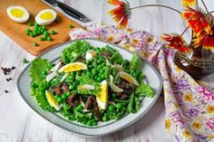 Salad with chicken liver, peas and green beans