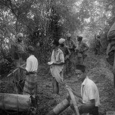 Tentara India (tentara sewaan Inggris atau dikenal dengan Gurkha) sedang mengintrogasi penduduk surabaya dalam mencari jejak sniper pejuang (peristiwa pertempuran 10 Nopember 1945) - sumber Kaskus
