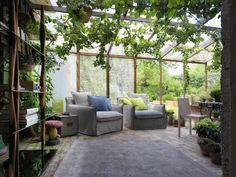 Veranda e soggiorno nella casa di campagna : Balcone, Veranda & Terrazza in stile rurale di HORM.IT